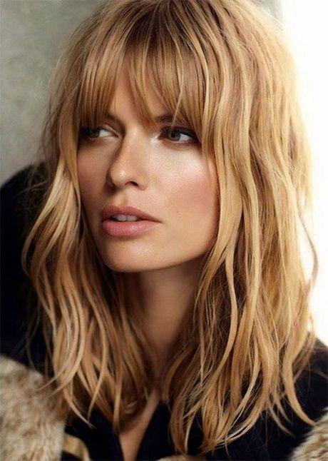 Długie blond włosy z grzywką