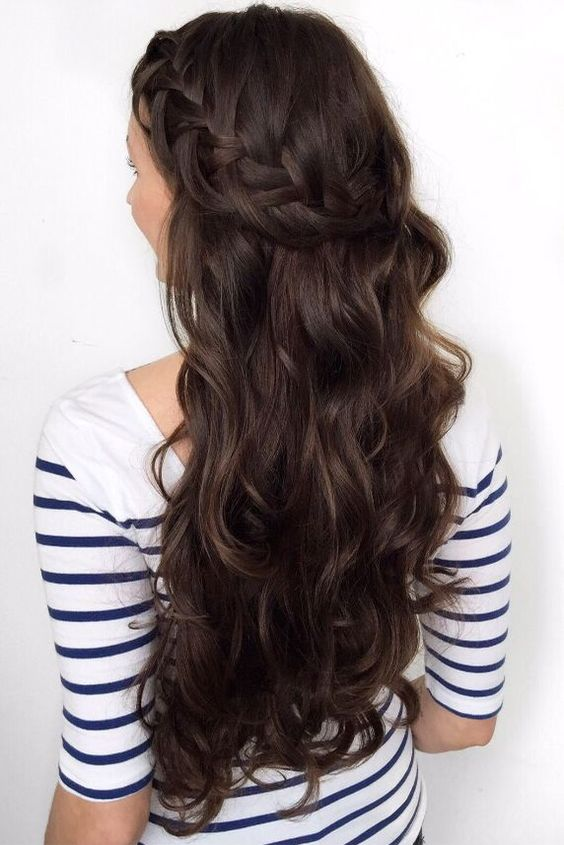 Ciemne włosy z warkoczem