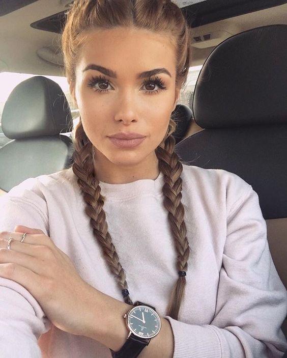 Brązowe włosy z warkoczami