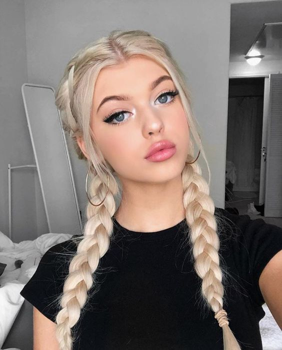 Długie blond warkocze