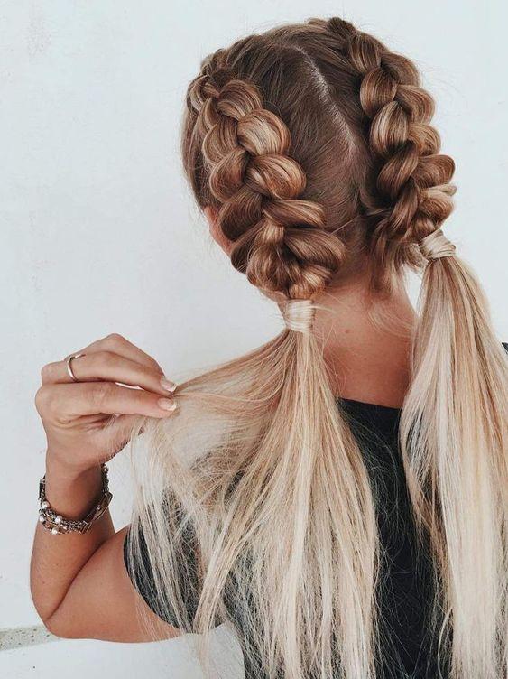 Jasne włosy z modnymi warkoczami