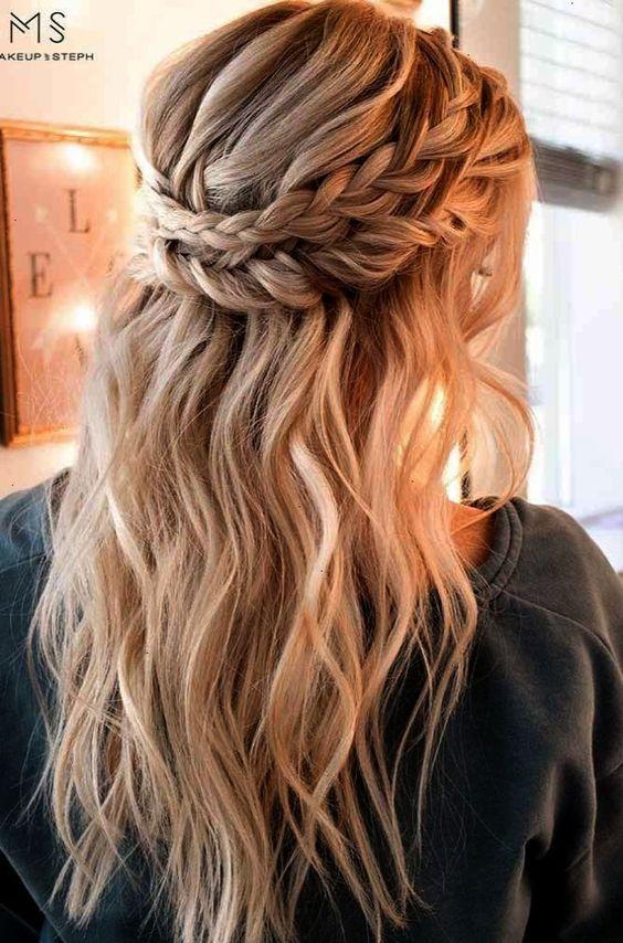 Rozpuszczone włosy z warkoczami