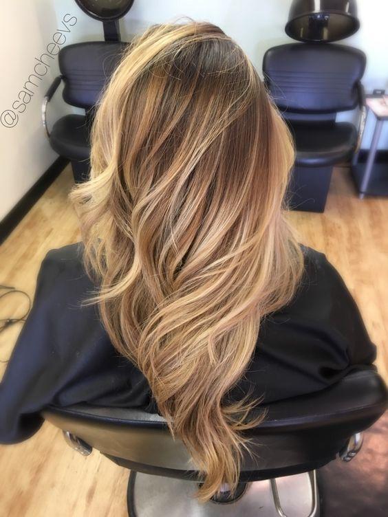Inspiracje na długie blond włosy