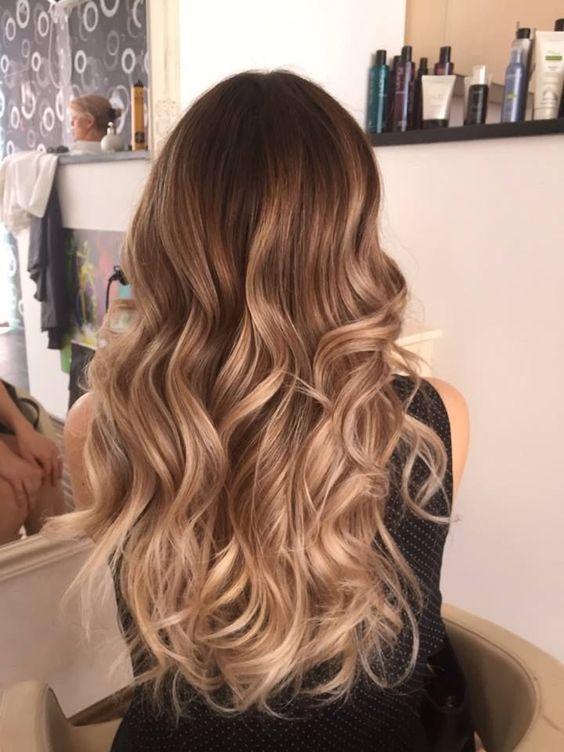 Kręcone blond włosy