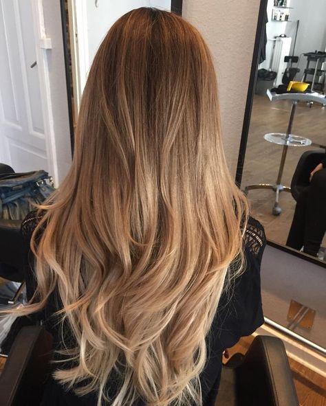 Rozpuszczone długie blond włosy