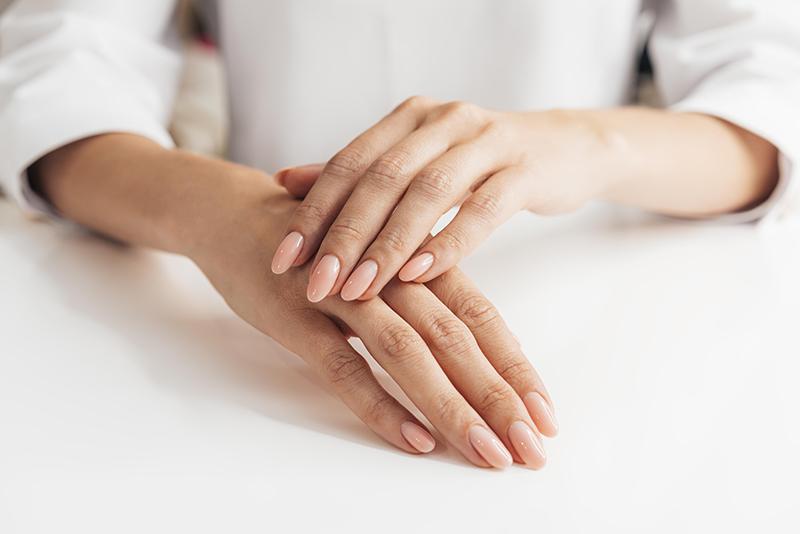 Baza kauczukowa do paznokci – co to jest i jak działa?