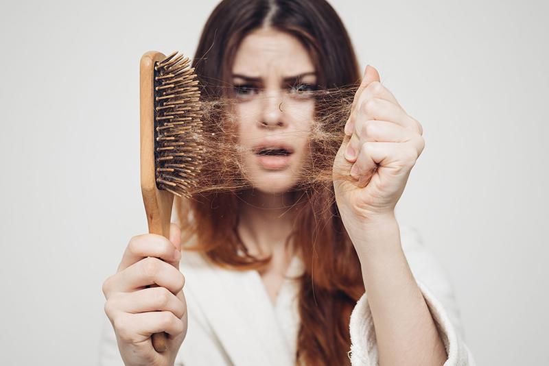Wypadanie włosów po COVID-19 – czym jest to spowodowane?