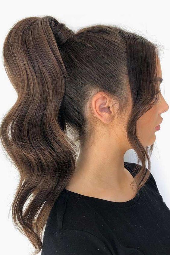 Długie ciemne włosy spięte w kitkę