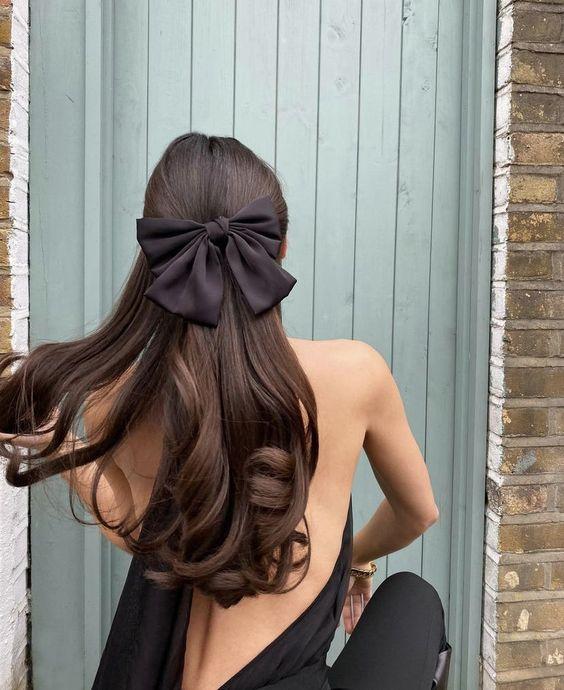 Długie ciemne włosy z kokardą