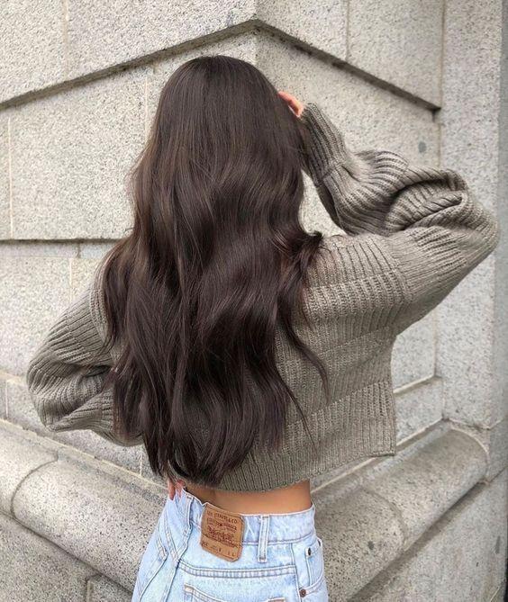 Proste długie ciemne włosy