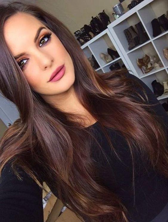 Rozpuszczone długie ciemne włosy