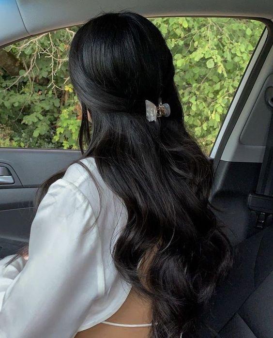 Upięcie długich czarnych włosów